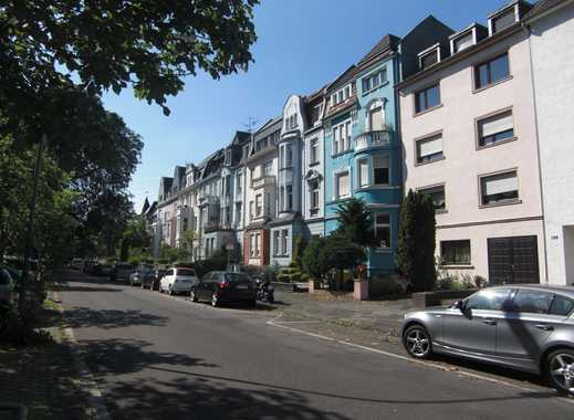 Neuss. Am Stadtgarten. Großzügige 5 Zimmer Altbau Wohnung mit Balkon.