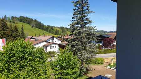 Sonnige 2,5-Zimmer-Wohnung mit Balkon, Terrasse, Einbauküche und Garage in Oberstaufen