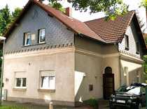Freistehendes Zweifamilienhaus mit grüner Oase