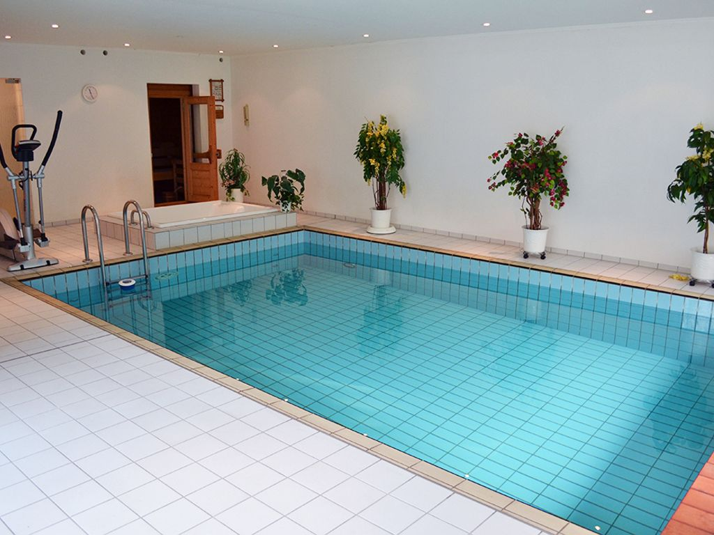 Swimmingpool im haus  Anwesen in einmaliger Lage - 400m² Haus & Schwimmbad auf ca ...