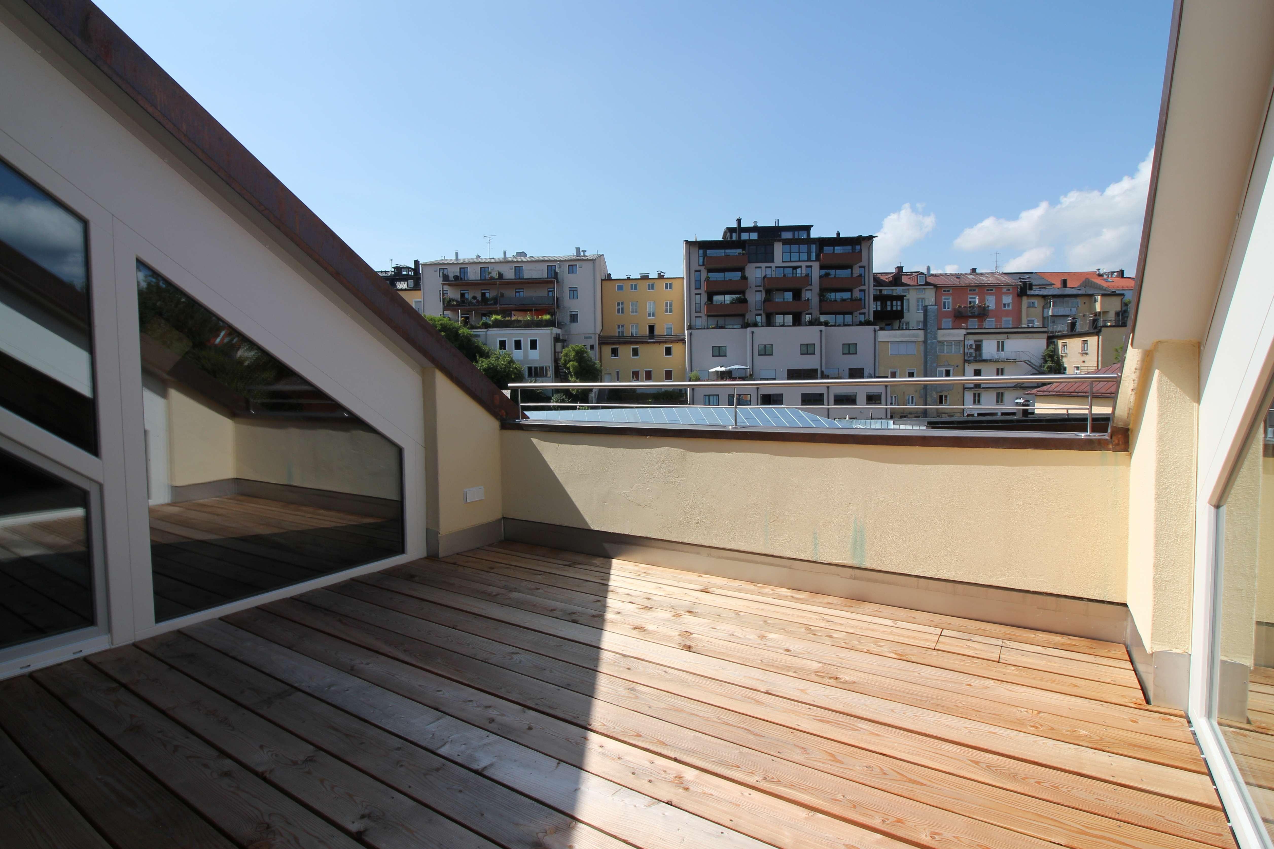 Erstbezug: Moderne Dachterrassenwohnung in zentraler Lage von Traunstein mit Einbauküche in Traunstein