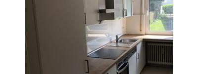 Sonnige und ruhige 3 Zimmer Hochparterre-Wohnung mit Einbauküche und Balkon