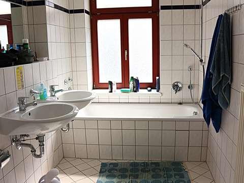 WG-geeignet ! 2-Zi-Whg. im 3.OG mit Laminat und Bad mit Fenster**