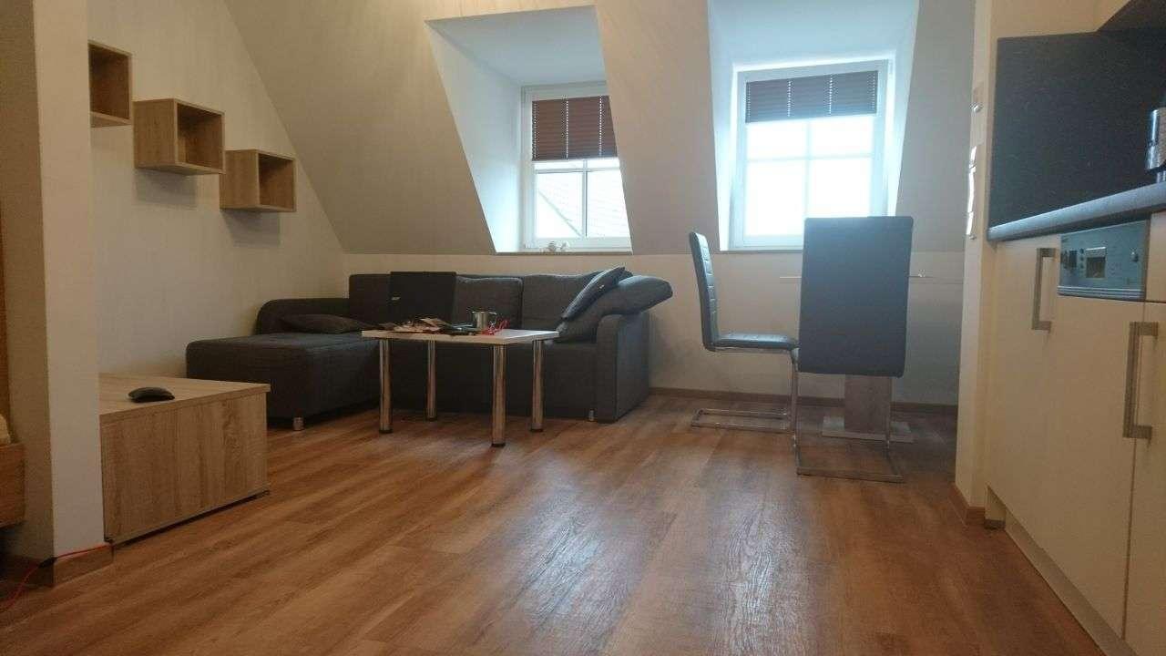 Exklusive, geräumige und gepflegte möblierte 1-Zimmer-DG-Wohnung mit EBK in Nandlstadt