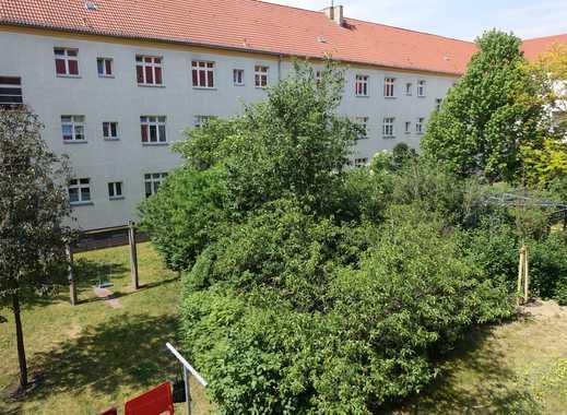 sehr gepflegte Altbauwohnung mit Einbauküche und Balkon!