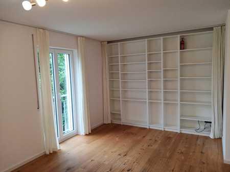 Teilmöblierte, renovierte 3-Zimmer-Wohnung mit Balkon und Einbauküche in Moosach, München in Moosach