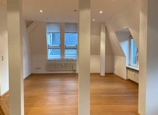 Exklusive, geräumige und neuwertige 2-Zimmer-DG-Wohnung mit Einbauküche in Frankfurt