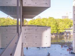 balkon mit blick zum wasser