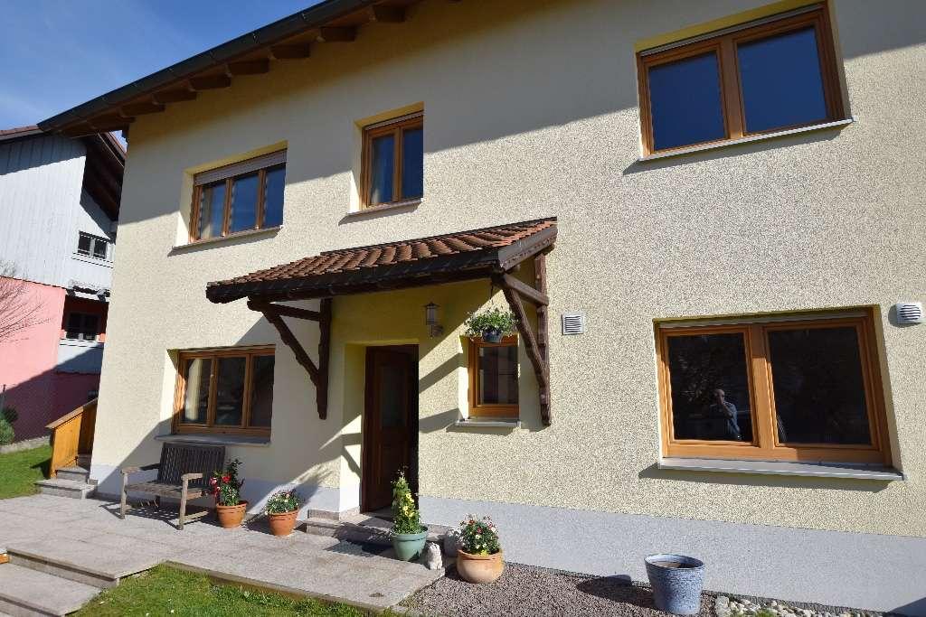 Ruhige 2,5-Zimmer-Einliegerwohnung in Buch am Erlbach mit Terrasse und Garten.