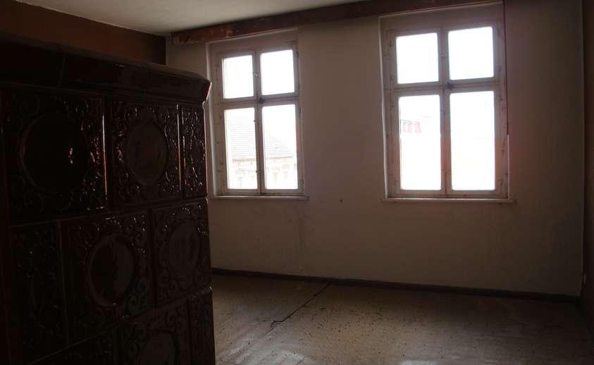 Zimmer mit Ofen im DG