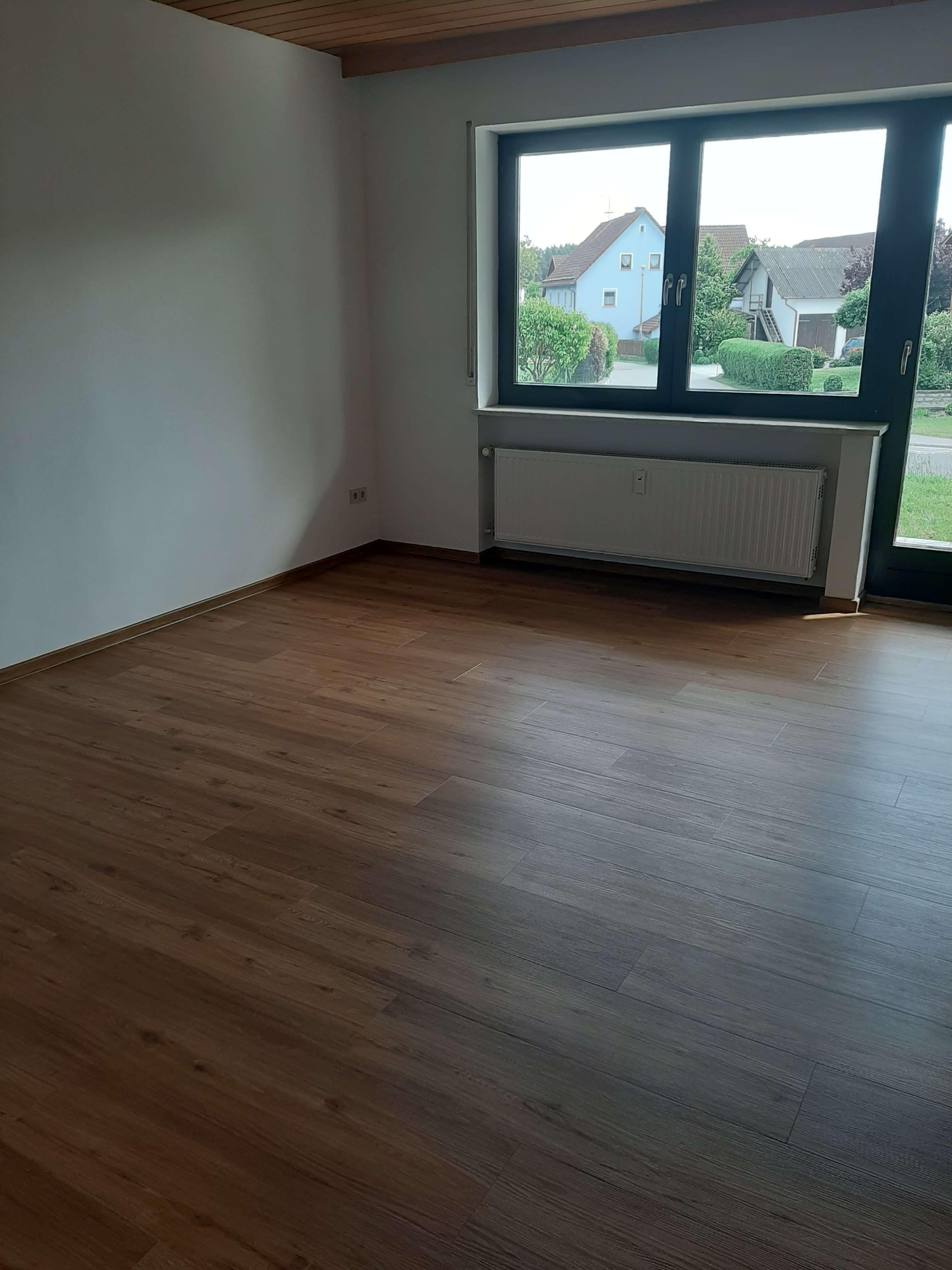 Vollständig renovierte 4-Zimmer-Erdgeschosswohnung mit Balkon in Burglengenfeld OT Lanzenried in