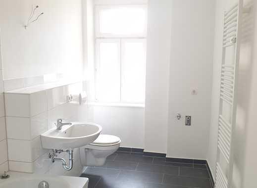 **Charmante Altbauwohnung in zentraler Lage** 4-Zimmer-Wohnung mit Balkon und Bad mit Wanne