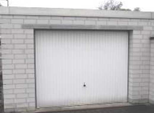 Massive Garage / Lagerplatz