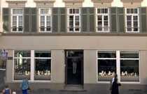 Ladengeschäft mit großer Schaufensterfront im