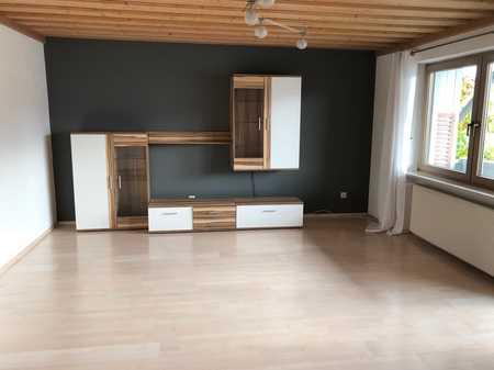 Freundliche 4-Raum-Wohnung mit Einbauküche, Garage und großem Balkon in Winhöring in Winhöring