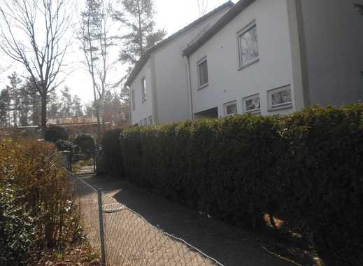 Versetzte Doppelhaushälfte mit schön angelegten Garten in Nürnberg-Langwasser
