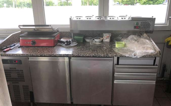 Arbeitstisch mit Kühlschränken