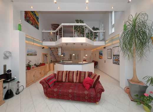 Leben und Arbeiten unter einem Dach: Extravagante Doppelhaushälfte mit Galerie und schönem Garten
