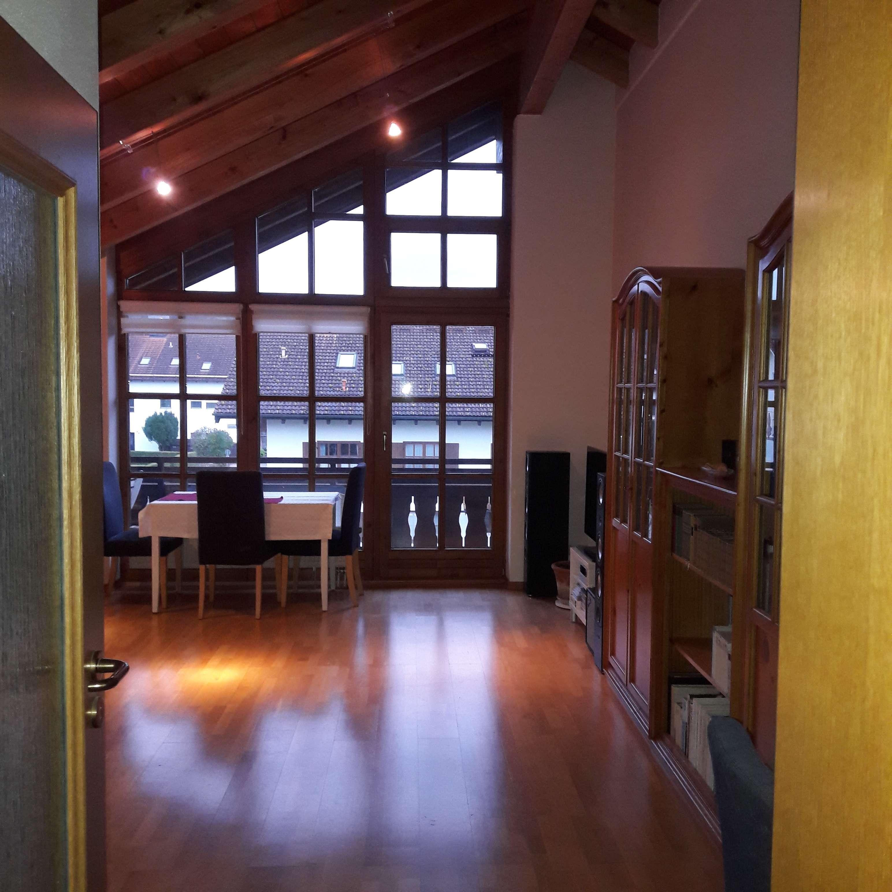 Stilvolle, gepflegte 2,5-Zimmer-DG-Wohng mit Sichtdachstuhl, Balkon, EBK in Bad Endorf