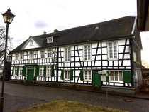 Großes Fachwerkhaus im Ortskern von