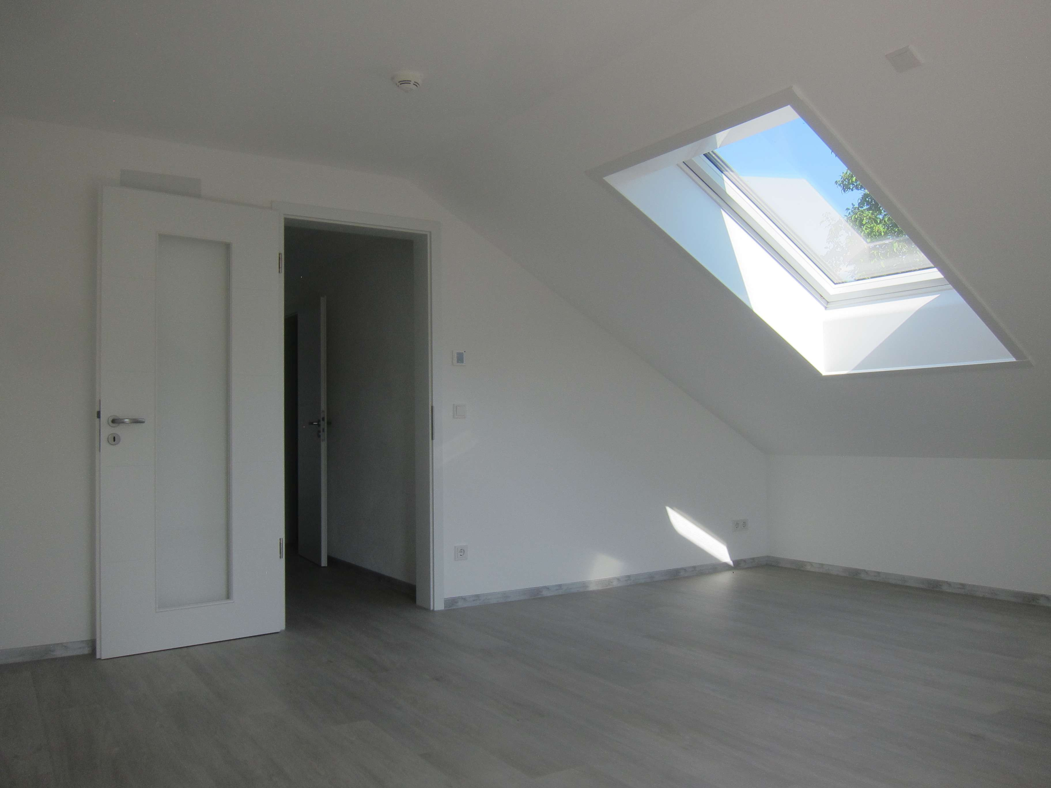 DGO: Erstbezug! Exklusive 3-Zimmer-Dachgeschosswohnung mit Süd-Balkon in Neubeuern in
