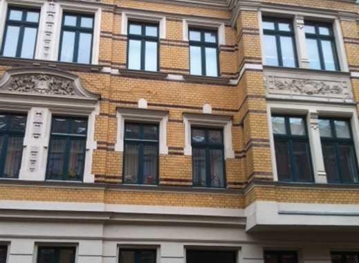 WG-GEEIGNET; EG-Wohnung mit Wohnküche, Balkon, Laminat und Tageslichtbad (Wanne)