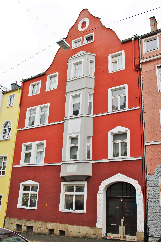 Gepflegte Dachgeschosswohnung mit zweieinhalb Zimmern und Einbauküche in Hof in
