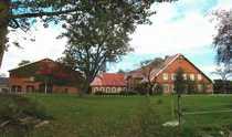 Hofanlage mit Pferdeboxen zwischen Eutin