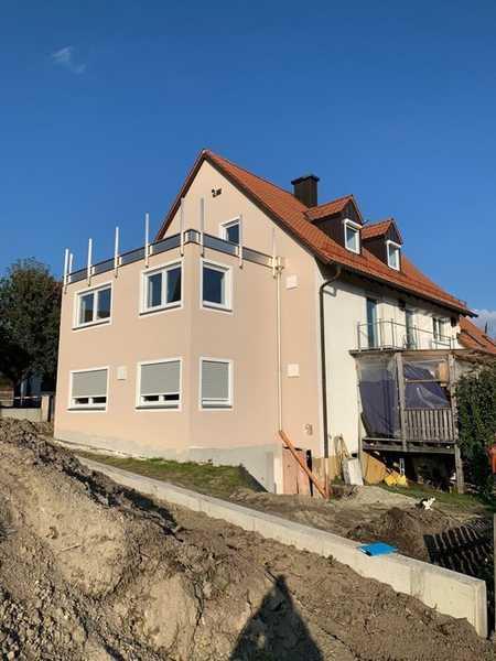 **Erstbezug nach Um- u. Neubau**  Moderne 3 Zi.-DG-Wohnung mit sehr großer Sonnen-West-Dachterrasse in Bergkirchen