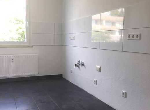 **Vier Wände zum Wohlfühlen - Ausstattung Raufaser und Laminat sowie Balkon im Grünen **