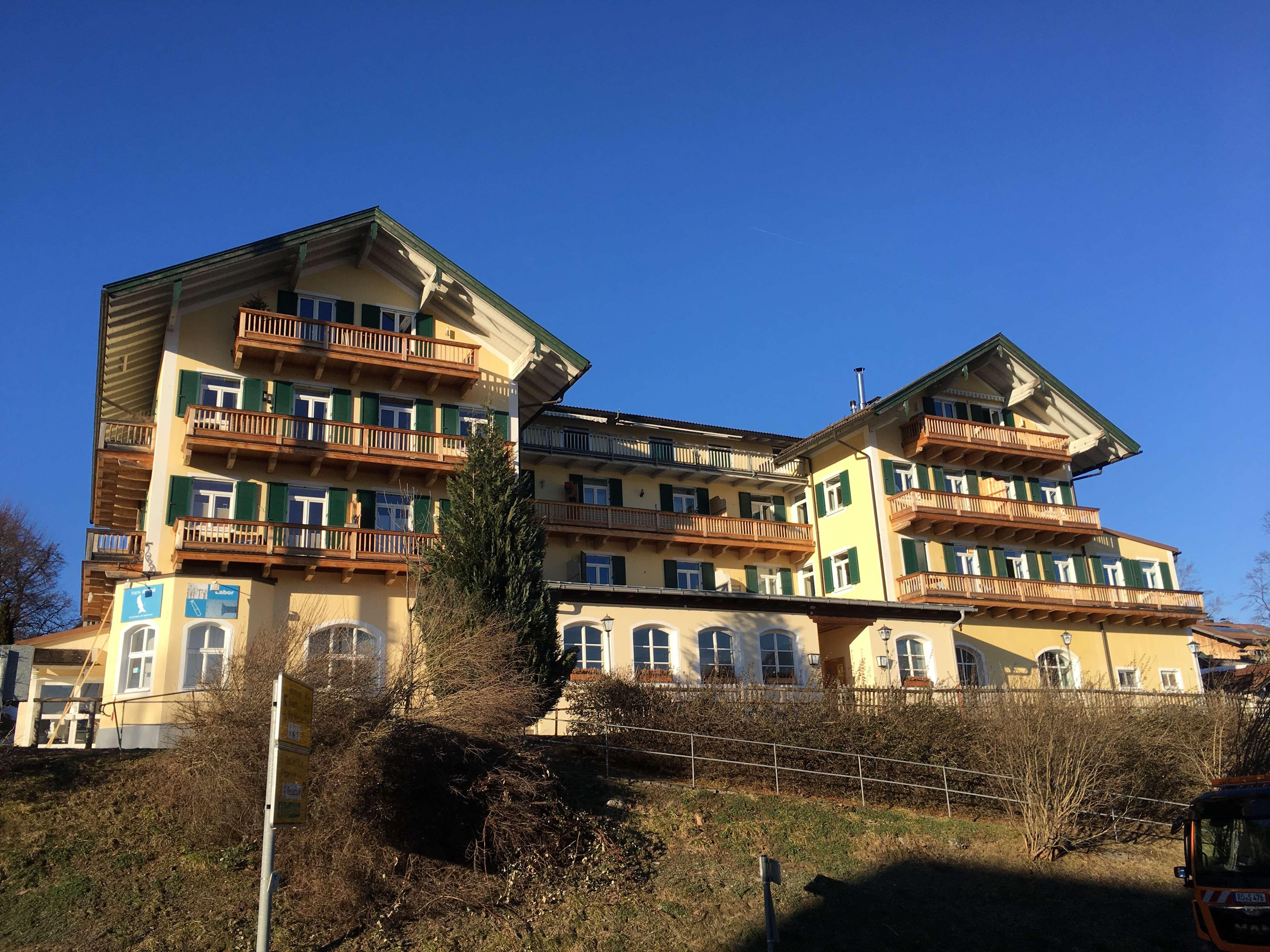 Stilvolle, geräumige und sonnige 2,5 Zimmer-Wohnung mit 3 Balkonen und EBK in Gmund am Tegernsee