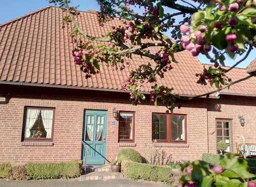 Schönes Haus mit vier Zimmern in Nachbarschaft mit Rotschwänzchen und Meisen.