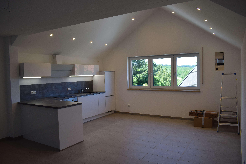 Erstbezug! 3 Zimmer hochwertiger Einbauküche und 2 Stellplätzen!