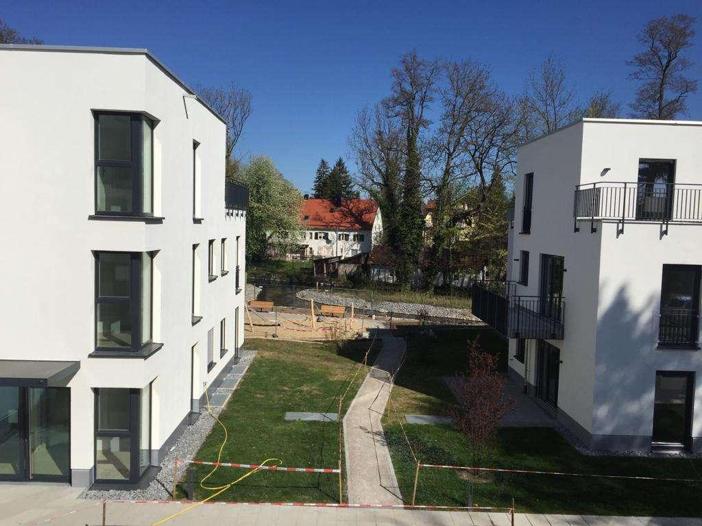 Hochwertige, möblierte 2-Zimmer-Wohnung mit EBK und Balkon in Krailling in
