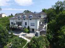 Luxus-Penthouse-Wohnung am Hang mit Bergblick
