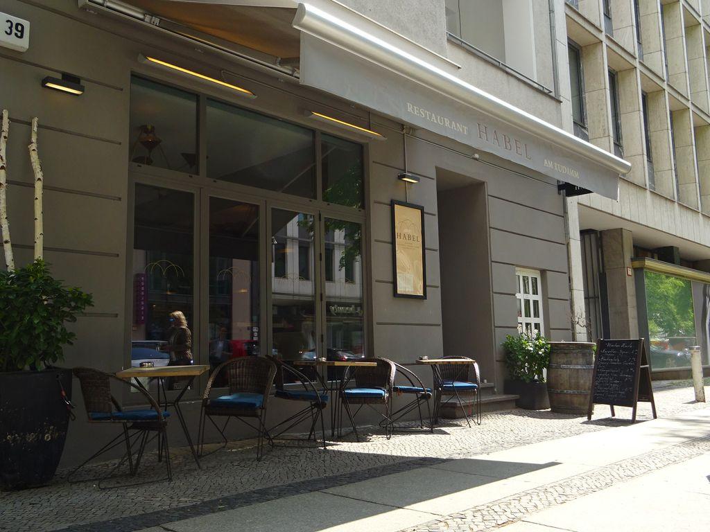 Café von außen + Markise
