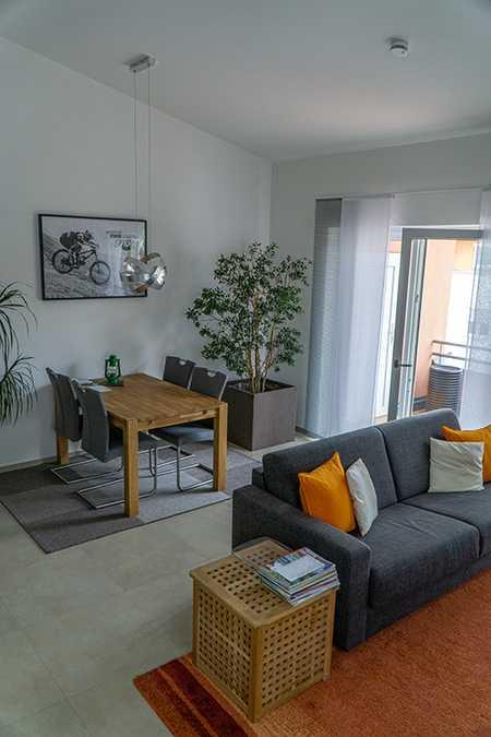 Neuwertige Wohnung mit zwei Zimmern sowie Balkon und Einbauküche in Neuburg an der Donau in Neuburg an der Donau