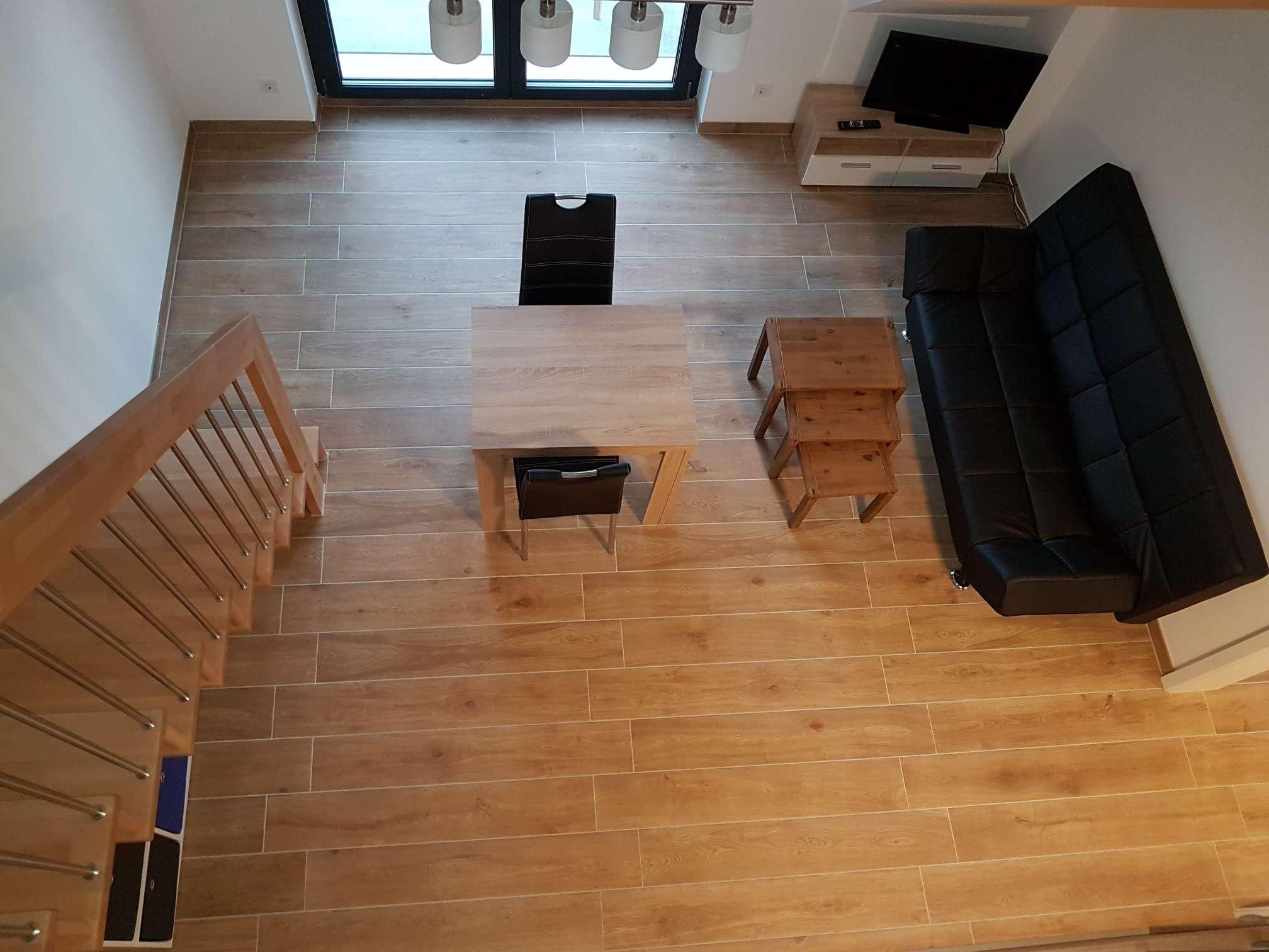 Erstbezug: stilvoll möblierte 2-Zimmer-Galeriewohnung mit EBK und Balkon in Unterföhring