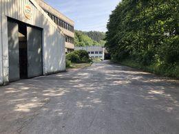Halle und Zufahrt