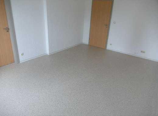 Große helle modernisierte 4 Zimmer-Wohnung mit Badewanne, Dusche, Garage, Garten und großer Küche!