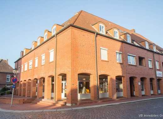 Neuer Standort für Ihre Firma? Große Ladenfläche -auch teilbar- mit Büros in Wilster zu vermieten!