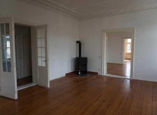 Repräsentativer Altbau: Frisch Renovierte 5-Zimmer-Wohnung mit Dielen und Stuck in der Innenstadt