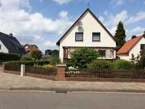 Freistehendes Einfamilienhaus mit großem Nebengebäude