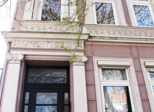 stilvolles Altbremer Haus mit Stuckfassade, 2 freien Wohnungen und 3 Garagen im Viertel