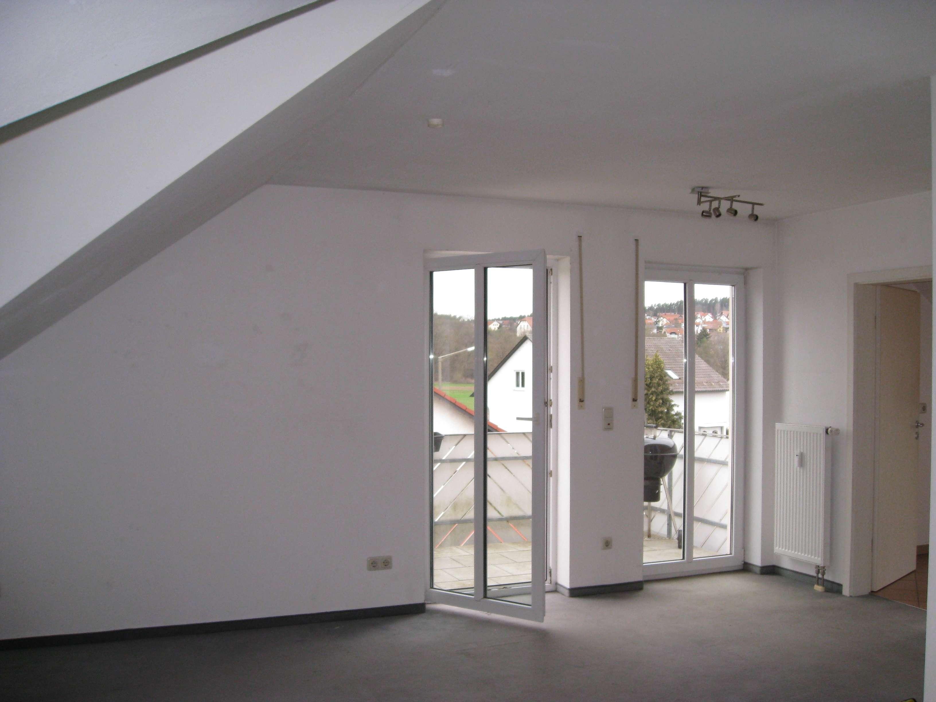 Vollständig renovierte 1,5-Zimmer-DG-Wohnung mit Balkon und Einbauküche in Schwandorf