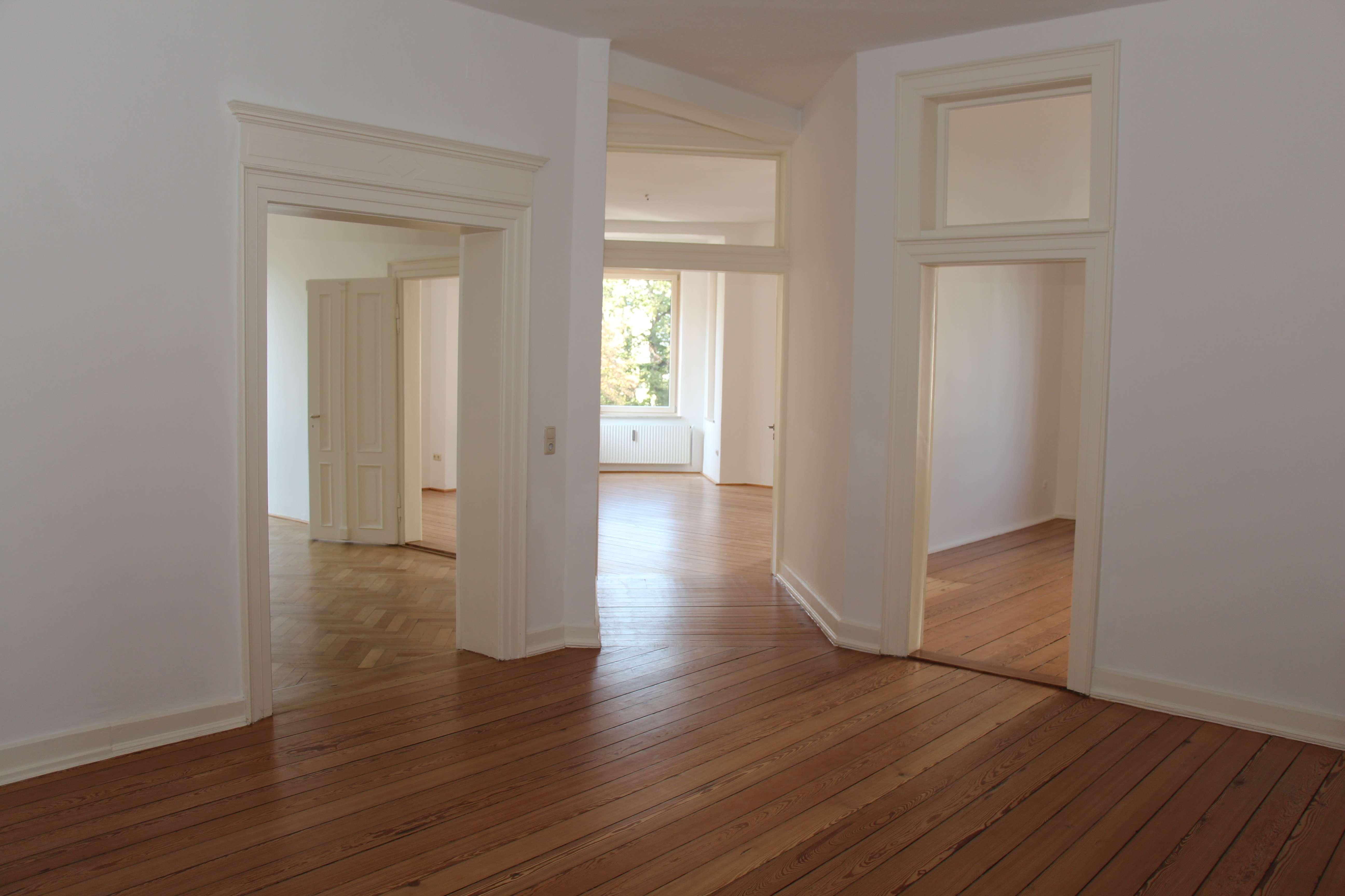Exklusive  5-Zimmer-Altbauwohnung mit Balkon nähe HBF in Augsburg in Augsburg-Innenstadt