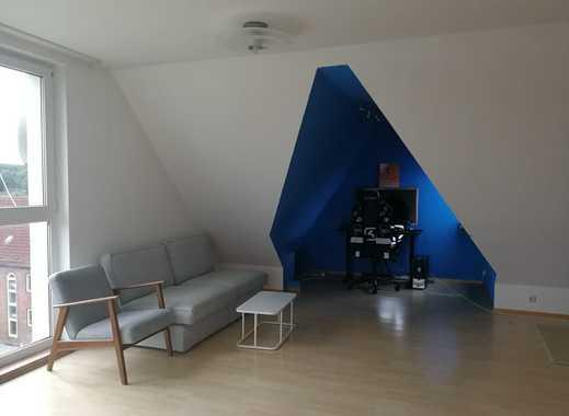 Gepflegte 2-Zimmer-DG-Wohnung mit Balkon und Einbauküche in Kiel