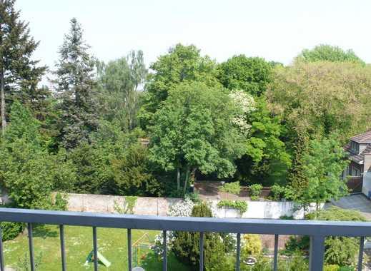 Sehr schöne 3 Zimmer Dachgeschosswohnung mit Balkon. OHNE Aufzug !!