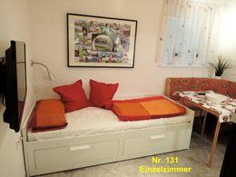 1063, Zimmer: Bett