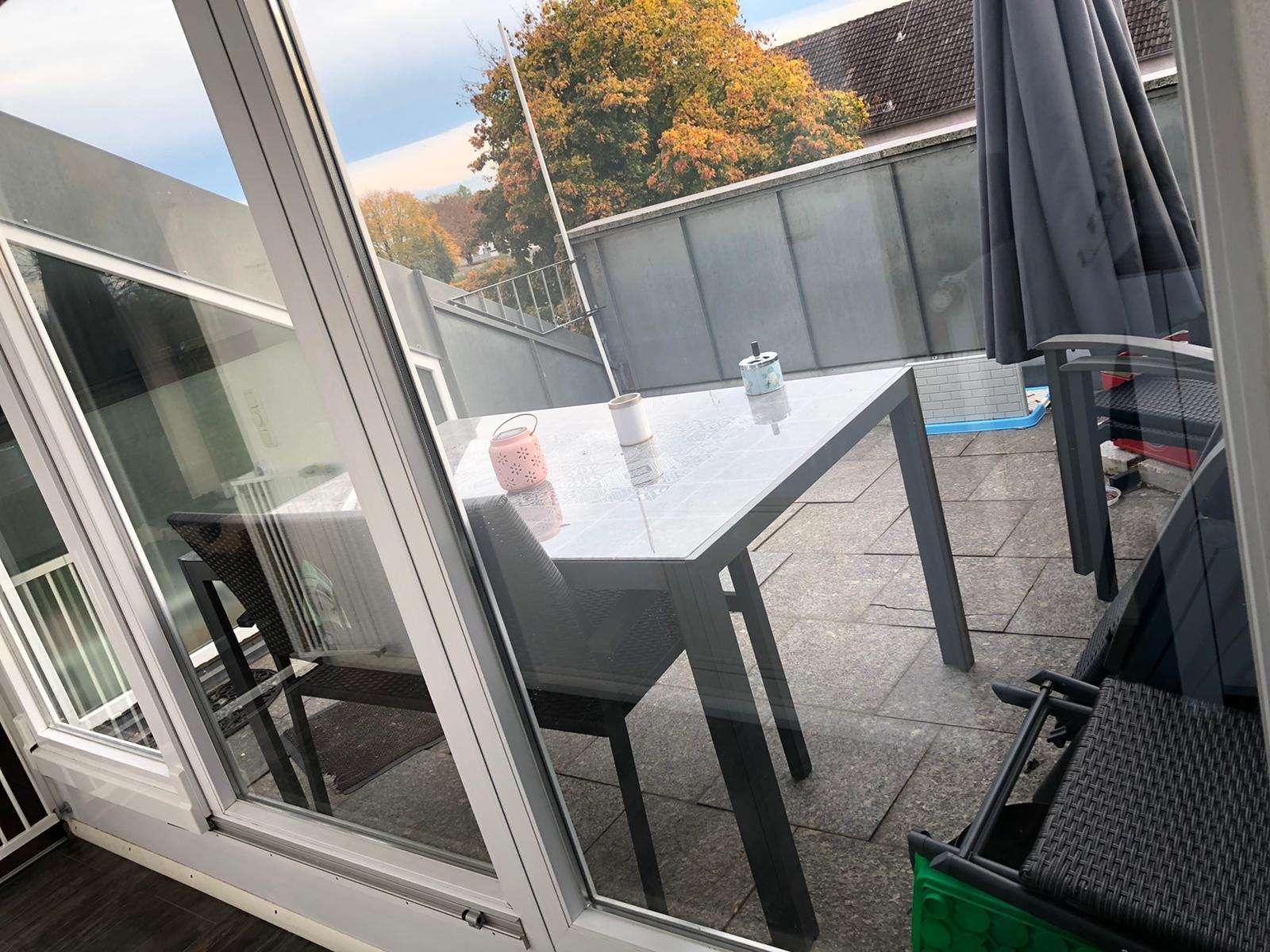 Neuwertige 4,5-Zimmer-DG-Wohnung mit Balkon und Einbauküche in Königsbrunn mit Alpenblick in Königsbrunn